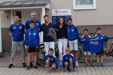 Dr. Jan Fischer und Dr. Marie Neitsch mit einigen Mitgliedern des VfB Zwenkau e.V.